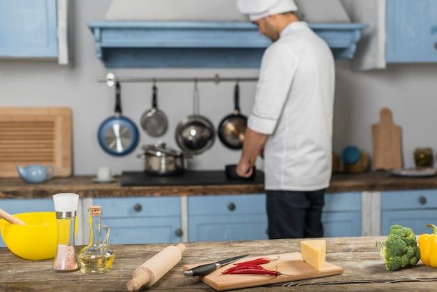 Chef travaillant dans la cuisine
