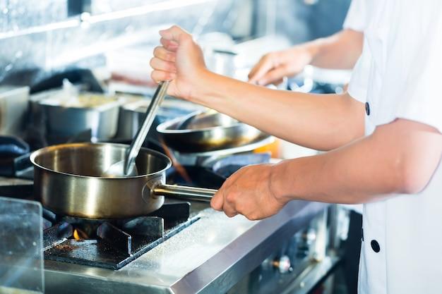 Chefs asiatiques, cuisine, dans, restaurant