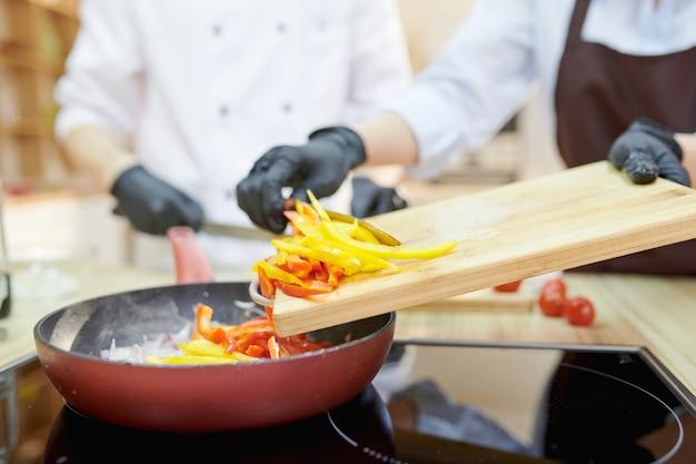 Les chefs cuisiner dans la cuisine du restaurant