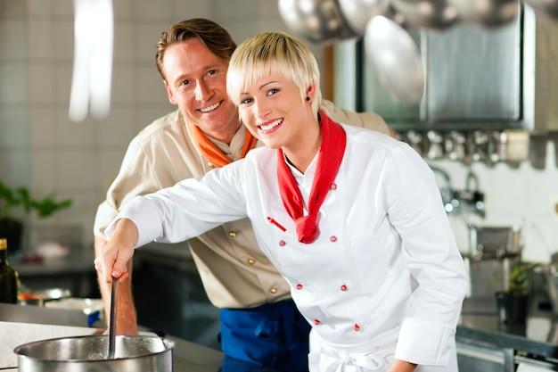 Chefs dans la cuisine d'un restaurant ou d'un hôtel