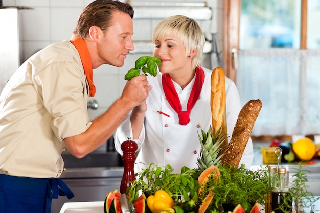 Chefs dans un restaurant ou cuisine de l'hôtel cuisine