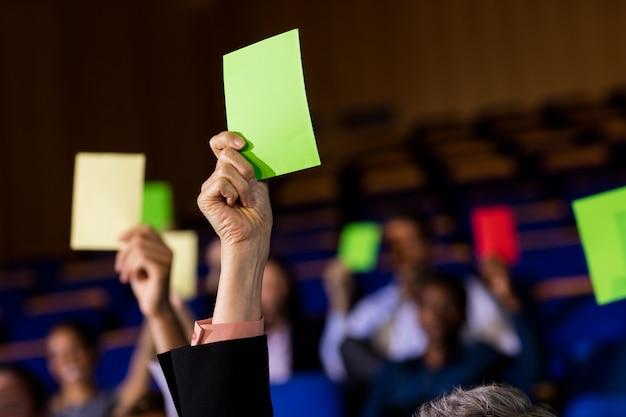 Les chefs d'entreprise montrent leur approbation en levant la main