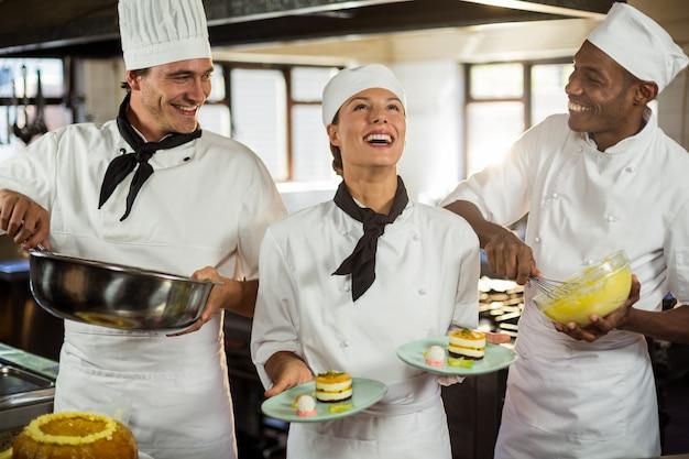 Chefs préparant un dessert