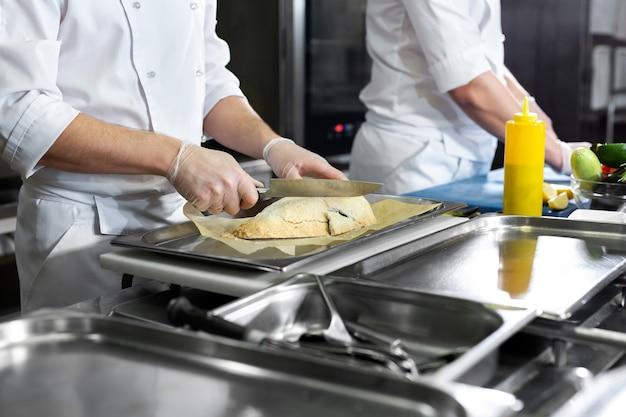 Les chefs préparent les repas dans la cuisine