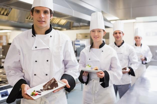 Chefs présentant des desserts