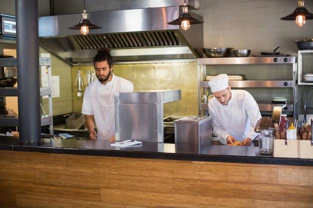 Chefs travaillant dans la cuisine commerciale