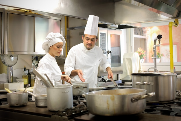 Chefs travaillant dans la cuisine