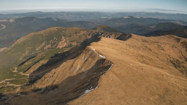 Chemin aérien au sommet de la montagne à haute altitude personne nature paysage automne herbe au pic des collines rocheuses