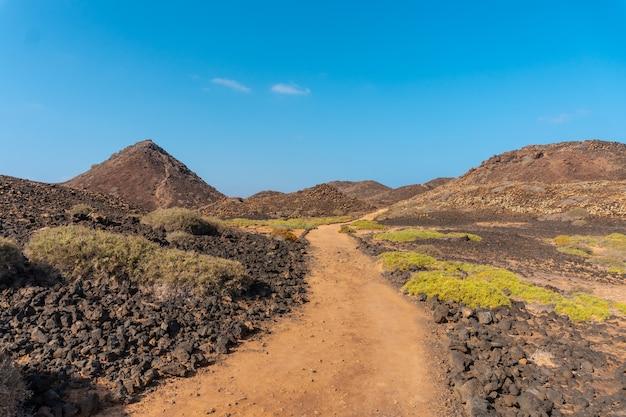 Chemin au nord de l'isla de lobos, le long de la côte nord de l'île de fuerteventura, îles canaries. espagne