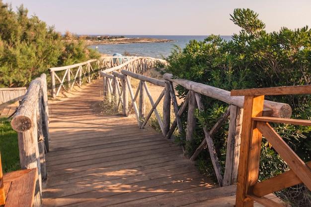 Chemin en bois menant à la plage de la plage de modica en sicile