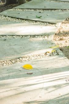 Chemin de brique dans le jardin public