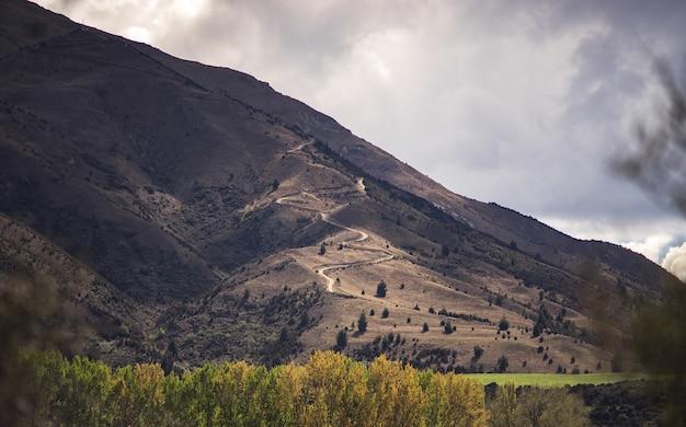 Chemin de la chaîne de montagne de nouvelle-zélande