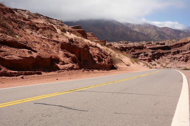 Chemin de la courbe à la montagne