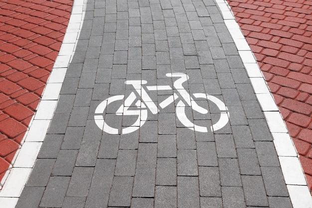Chemin cyclable en brique rouge et grise, piste cyclable, ligne cyclable ou symbole de chemin rike gros plan extrême