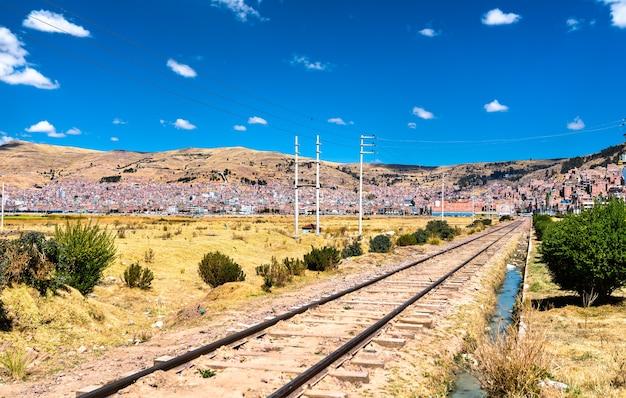 Chemin de fer au bord du lac titicaca au pérou