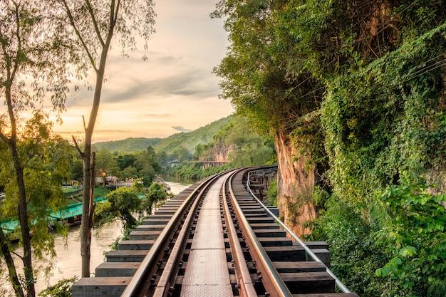 Chemin de fer en bois ancien historique de la seconde guerre mondiale au coucher du soleil