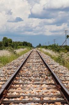 Chemin de fer et ciel bleu clair en thaïlande