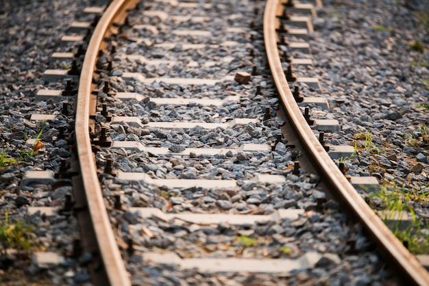 Chemin de fer avec la lumière du soleil