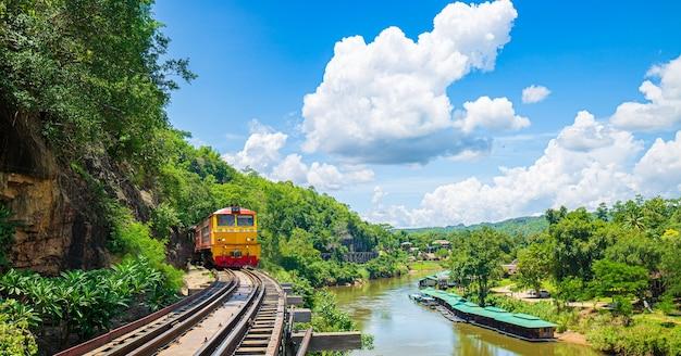 Chemin de fer de la mort avec train lieu célèbre à kanchanaburi thaïlande