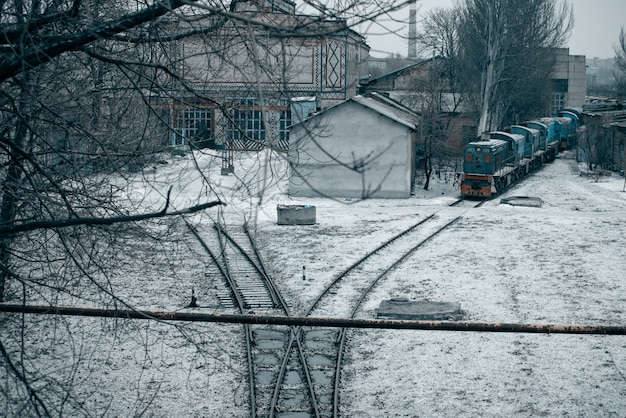Chemin de fer avec des trains et des plantes en arrière-plan. dépôt de wagons. des rails