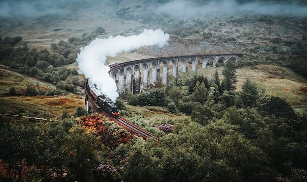 Chemin de fer viaduc de glenfinnan à inverness-shire, ecosse