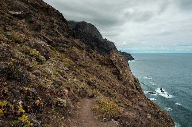 Chemin le long de la côte dans le parc paysager d'anaga