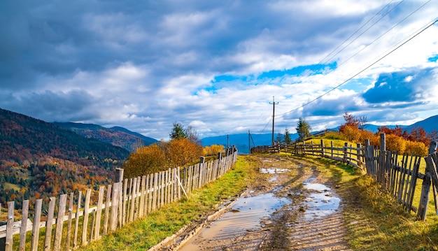 Chemin le long de la crête d'une colline avec une grande flaque d'eau