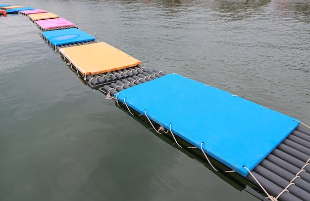 Chemin de matelas flottant en mousse sur l'eau.