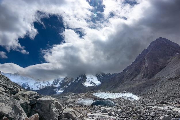 Le chemin de la montagne belukha