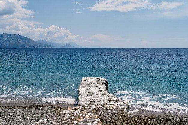 Chemin pavé de la plage à la mer