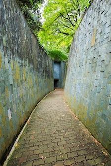 Chemin de pierre dans le tunnel au fort canning park, singapour