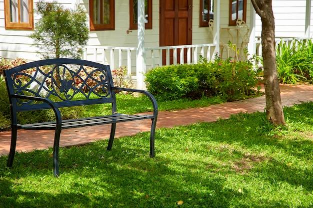 Chemin en pierre de jardin avec chaise