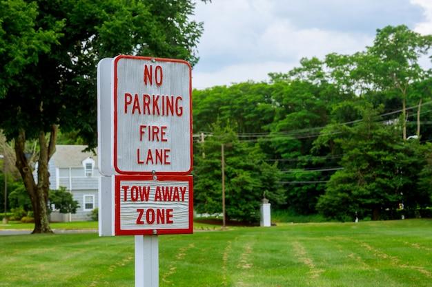 Chemin des pompiers - aucun signe de stationnement lettres rouges sur panneau blanc