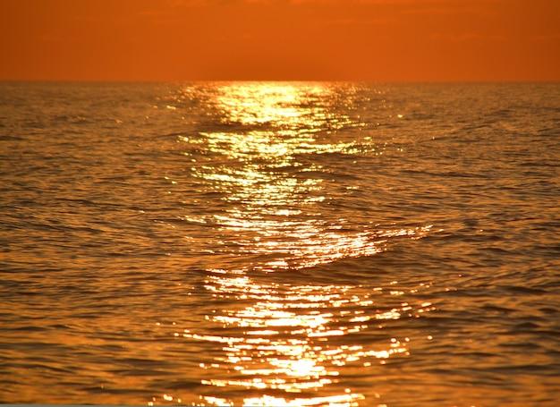 Chemin solaire sur mer pendant le coucher du soleil, lever de soleil, calme, fermer