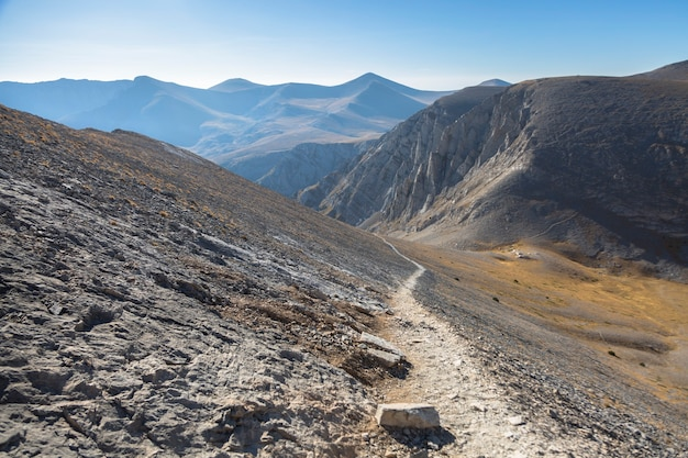 Le chemin solitaire dans le trek rocheux de montagne, olympe, grèce
