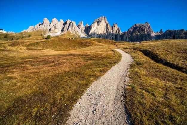 Chemin de terre et sentier de randonnée dans les dolomites en italie