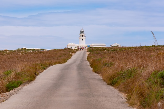 Chemin vers le phare (faro de cavalleria). île de minorque, îles baléares, espagne