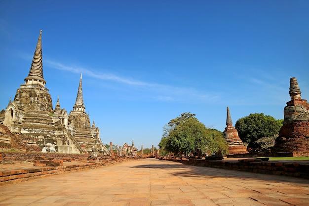 Le chemin vide parmi les ruines historiques de wat phra si sanphet et le palais royal, ayutthaya, thaïlande