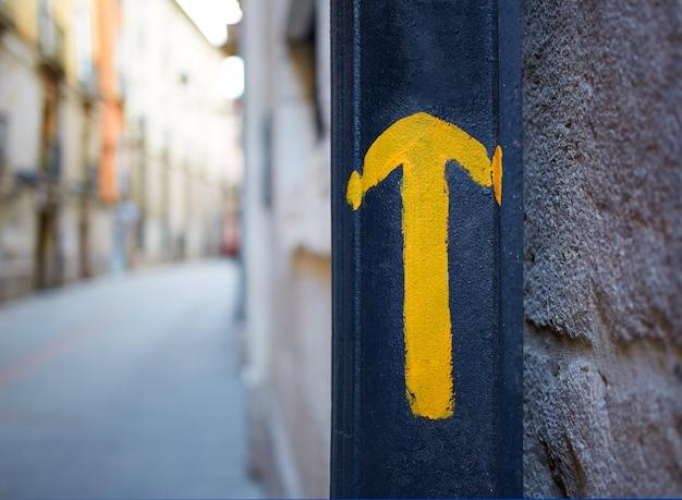 Chemin de la ville de burgos, signe de flèche jaune