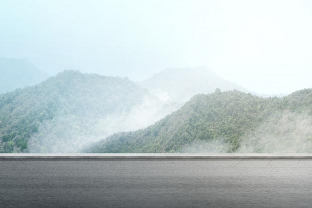 Chemin avec vue sur la montagne