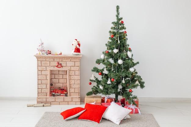 Cheminée et arbre de noël avec des cadeaux dans le salon
