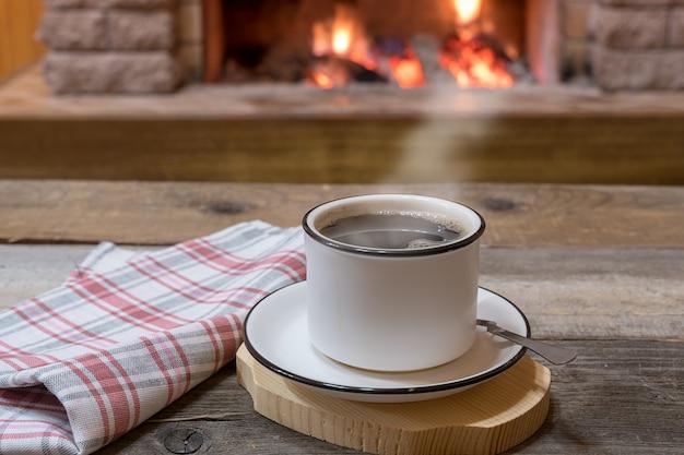 Cheminée confortable et une tasse de thé, dans maison de campagne, vacances d'hiver.