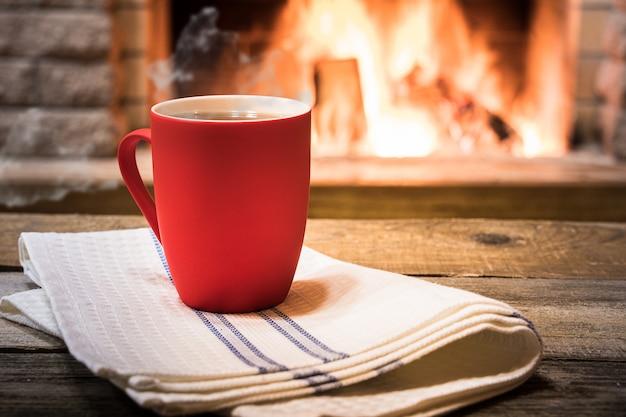 Cheminée confortable et une tasse de thé, dans une maison de campagne, vacances d'hiver.