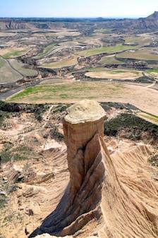 Cheminée de fées à las bardenas reales, réserve naturelle et réserve de biosphère, navarra, espagne