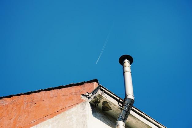 Cheminée sur le toit d'une maison de la ville