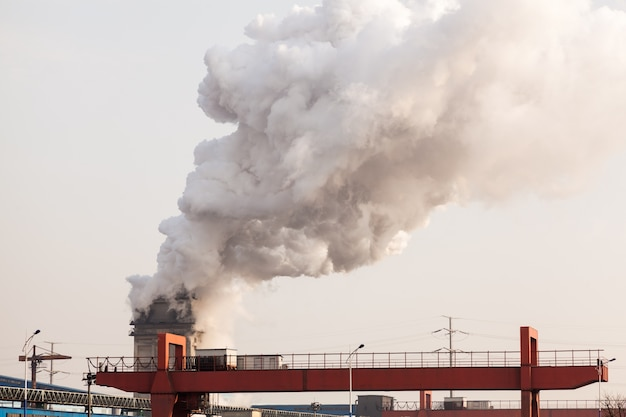 Cheminée d'usine faisant la pollution de l'air