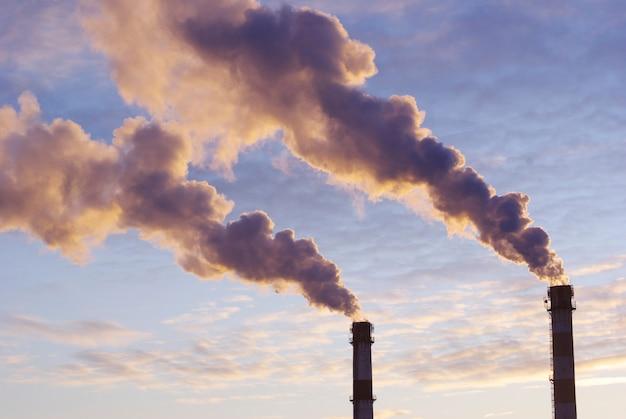 Cheminées de centrales électriques avec fumée