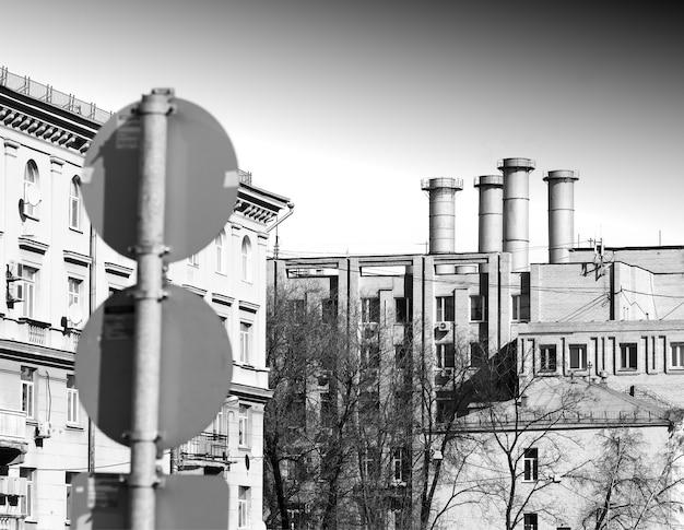 Cheminées urbaines noires et blanches avec toile de fond de panneau de signalisation