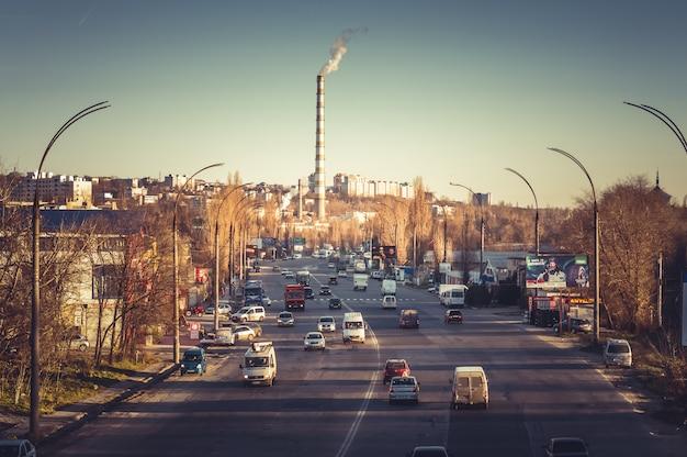 Cheminées d'usines fumantes au bout de la rue albisoara. moldavie, chisinau