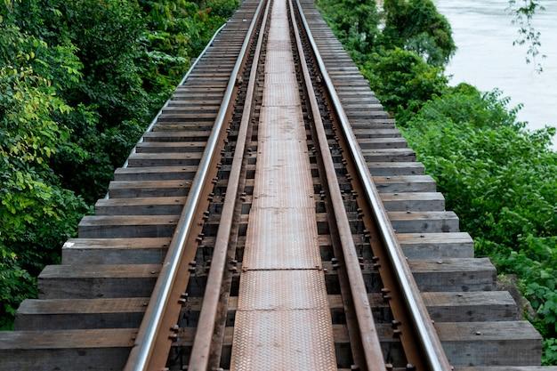 Chemins de fer de la seconde guerre mondiale à kanchanaburi en thaïlande